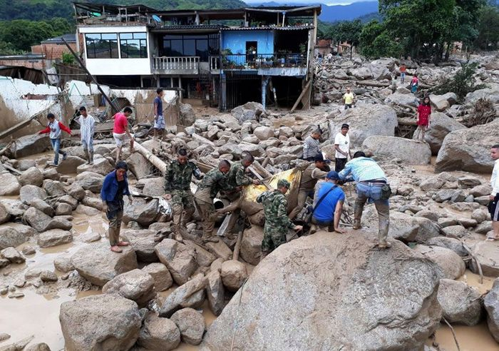 Soldiers helped residents leave Mocoa on Saturday. Credit Colombian Army