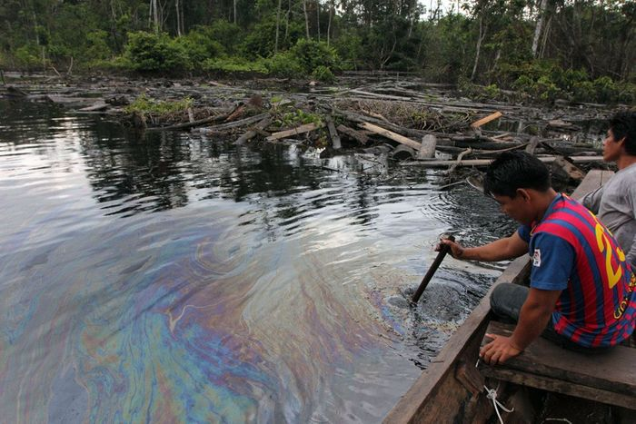 Oil makes the rivers shiny in Peru. Photo: Mongabay News