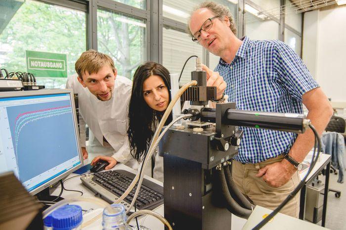 The Bochum team: Dr Sergii Shydlovskyi, Dr Semra Ince and Prof Dr Christian Herrmann. Credit: Ruhr-Universität Bochum
