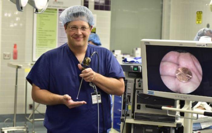 Brandon Isaacson demonstrates the monitoring capabilities of an endoscope | Image: UT Southwestern
