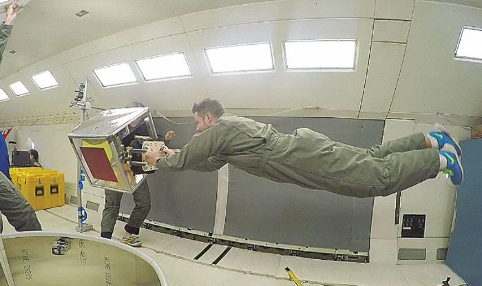 A new type of gecko-inspired gripping technology is tested in NASA's C-9B zero gravity-simulation aircraft, which uses parabolic dives to simulate weightlessness for inhabitants. It is often used for astronaut training, but this time it served as a platform for cheap zero-gravity testing.