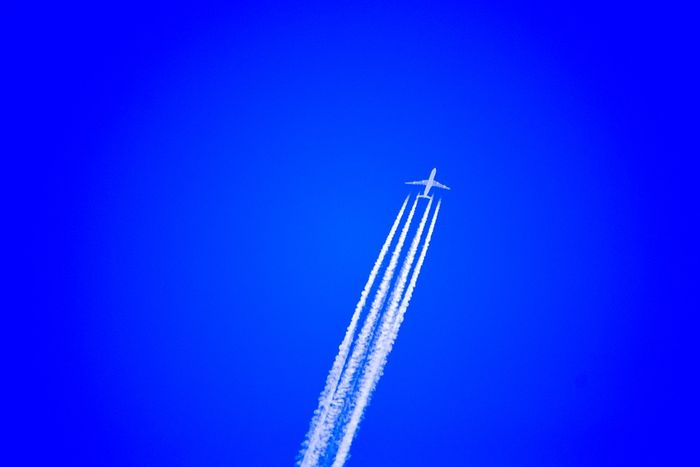 New research suggests a way to reduce the negative climate impact from contrails. Photo: Pixabay