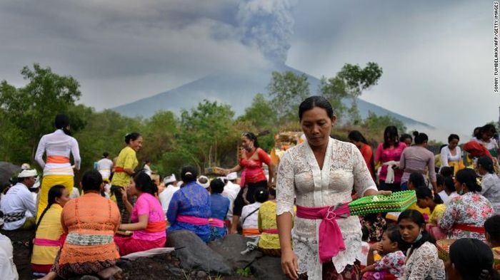 Balinese Hindus pray near Mount Agung. Source: CNN