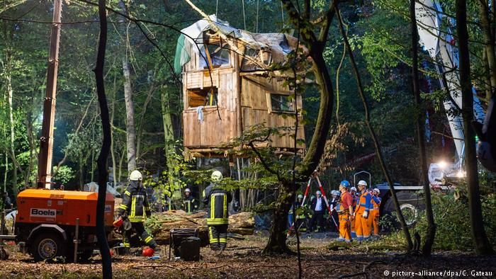 The mining company evicting activists who were living in tree houses to protect the forest.  Photo: DW via picture-alliance/dpa/C. Gateau