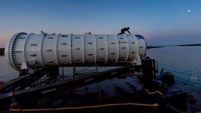 Underwater data center launch, credit Microsoft
